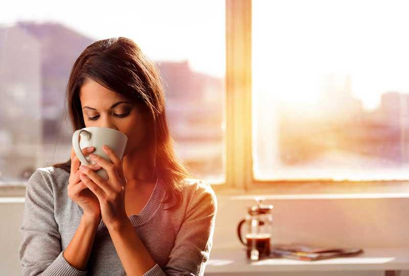 آیا نوشیدن قهوه و چای سبز ریسک ابتلا به کیست و سرطان سینه را کاهش میدهد؟